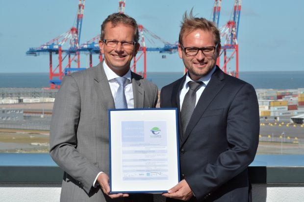 Holger Banik (links) und Jan-Hinnerk Faida nahmen das Zertifikat für den JadeWeserPort entgegen.