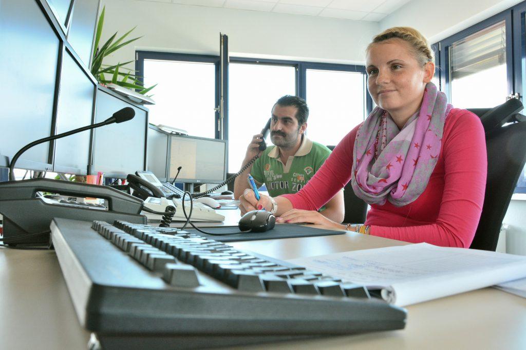 Fevzi Sümer und Svenja Engel arbeiten als Fahrdienstleiter im Stellwerk des JadeWeserPorts.