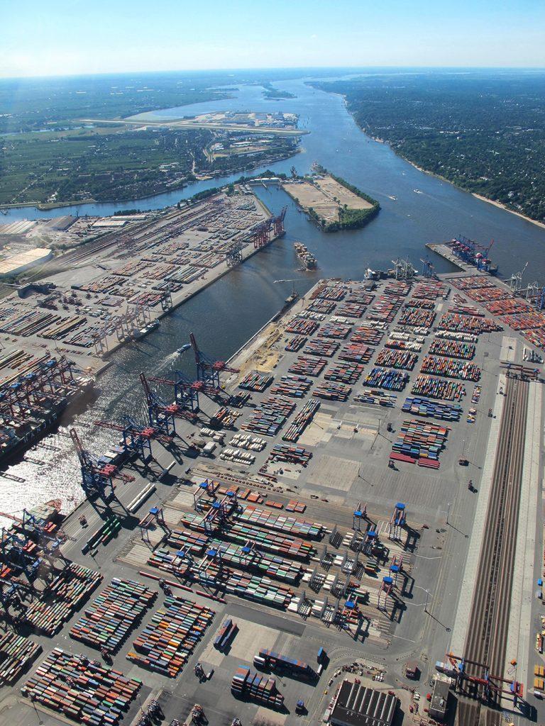"""Hat der Hamburger Hafen ohne Elbvertiefung keine Zukunft mehr? """"Die immer wieder zu hörende Behauptung, dass die Schiffe zukünftig an Hamburg vorbeifahren werden, wenn die Elbe nicht vertieft werden sollte, ist vollkommener Unsinn"""", sagt Professor Ordemann. Foto: © Verena Münch / pixelio.de"""