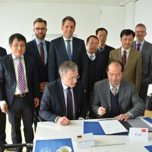 Chinesische Regierungsdelegation im JadeWeserPort (c) JWP
