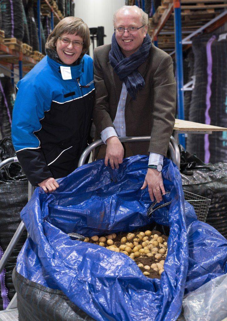 Britta Heine (Nordfrost) und Peter Dankers (Dankers Daltex) begutachten die Kartoffeln aus Ägypten.