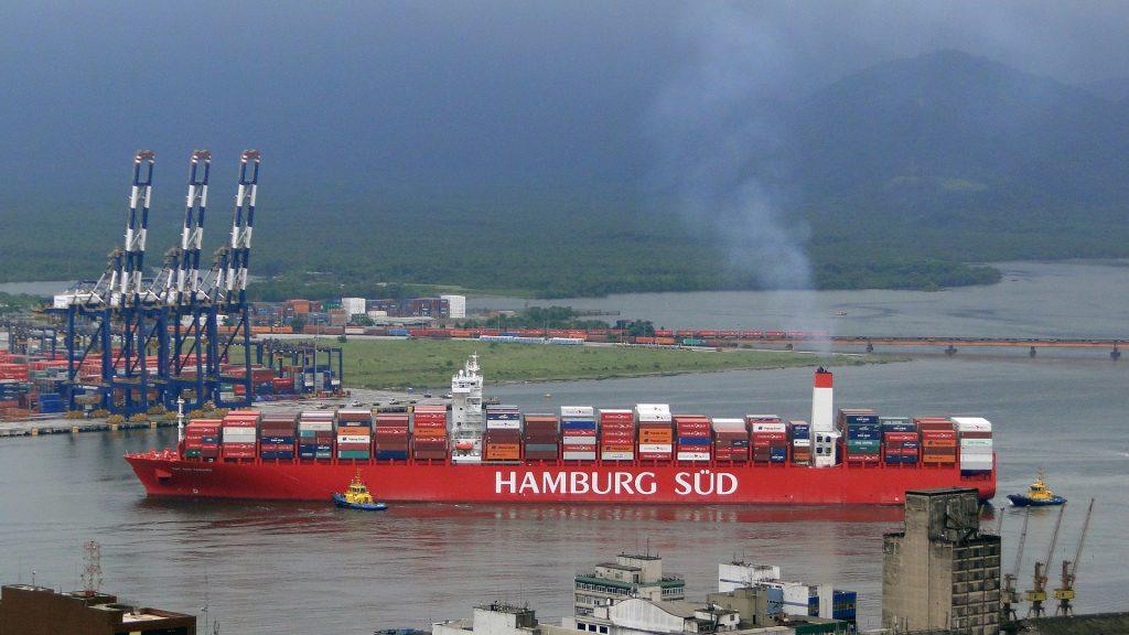 Ein Containerschiff der von Maersk übernommenen Reederei Hamburg Süd im Hafen von Santos.