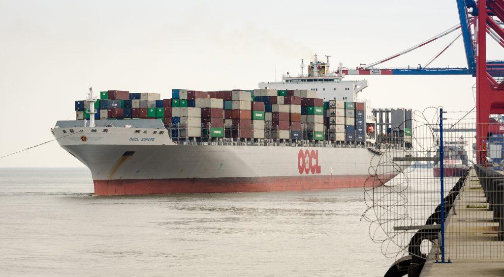 Die OOCL Europe hat am 20. April 2017 knapp 400 Leercontainer im JadeWeserPort angeliefert. Mit dieser Erstausstattung an Equipment will OOCL die konzeptionelle Einbindung von Wilhelmshaven in das Ocean Alliance-Netzwerk sicherstellen. Foto: © geniusstrand.de