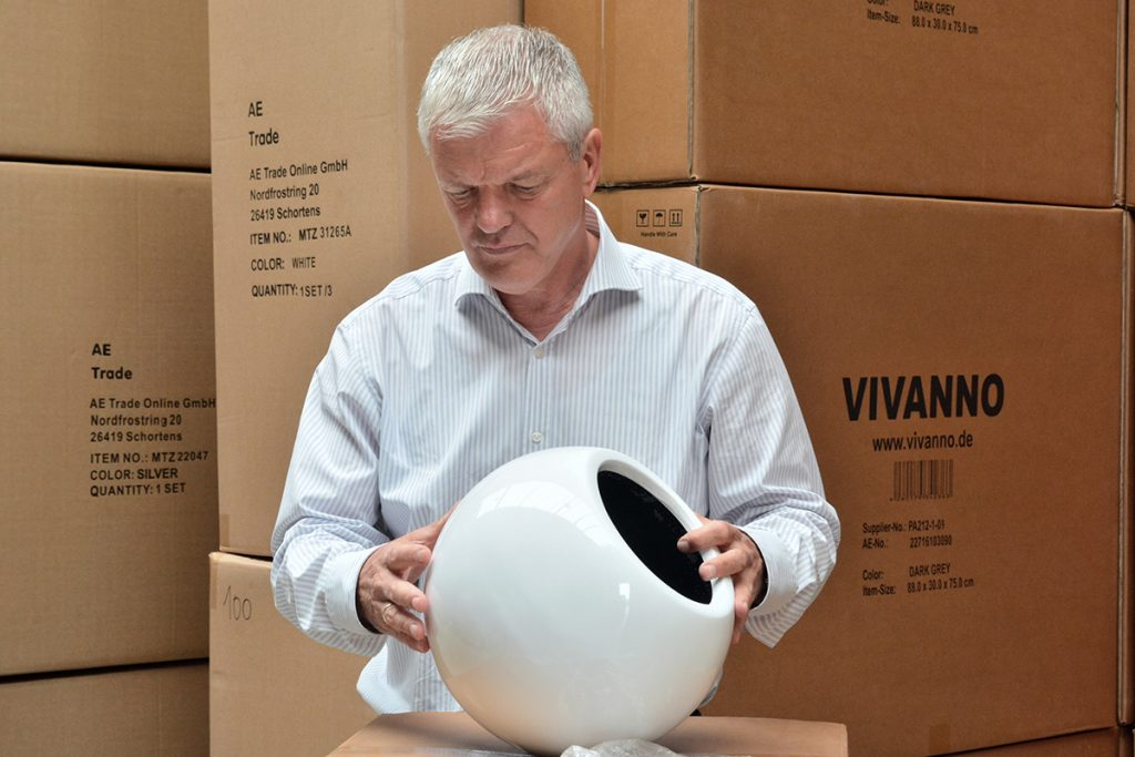 Strenge Qualitätskontrolle: Jedes einzelne Produkt wird genau geprüft, bevor es an den Kunden geht. Auch Geschäftsführer Gustav Evers nimmt die Ware in Augenschein. Ihn und sein Team zieht es nun nach Wilhelmshaven.