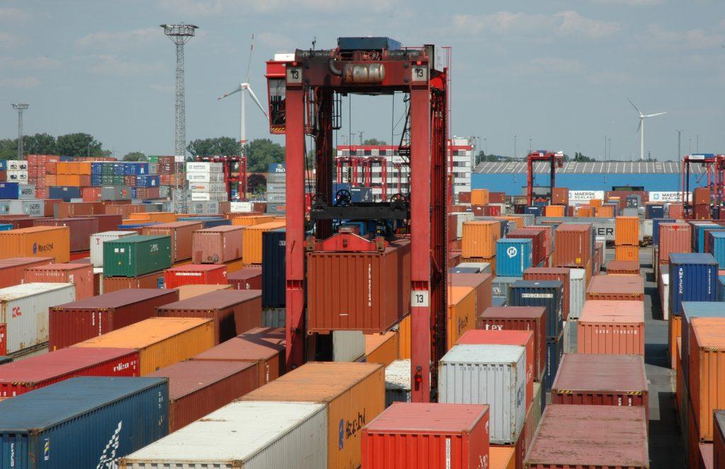 Automatisierung im Hafen: In den inzwischen hochtechnisierten Transportketten ist das Entleeren von Containern in Seehäfen einer der letzten nicht automatisierten Prozesse.