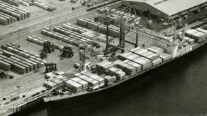Containerumschlag in Hamburg-Abfertigung des ersten Vollcontainerschiffs in Hamburg, American Lancer, am 31. Mai 1968 am Burchardkai