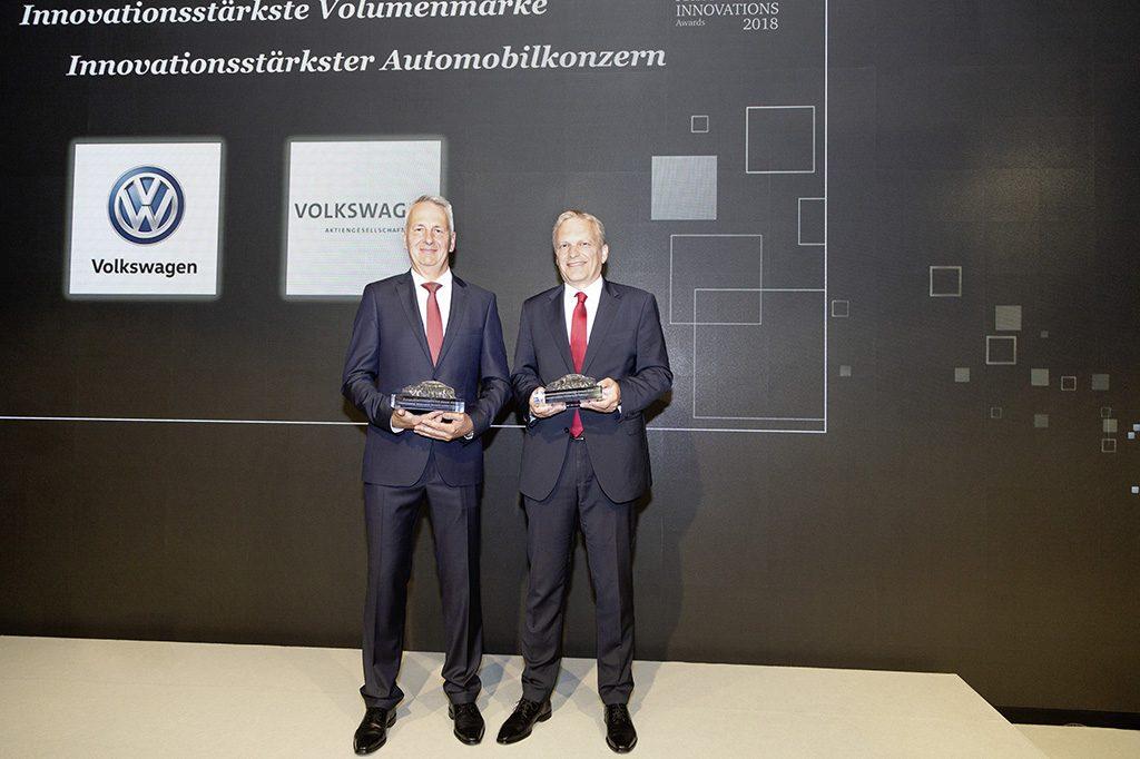 AutomotiveINNOVATIONS Awards 2018: Ernst Hofmann (Leiter Entwicklung Konzepte, li.) und Dr. Wolfgang Demmelbauer-Ebner (Leiter Ottomotoren Entwicklung) nahmen die Auszeichnungen für Volkswagen entgegen.