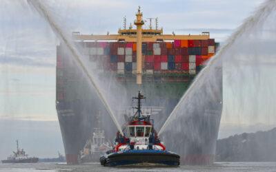 Größtes Containerschiff der Welt zu Besuch in Hamburg